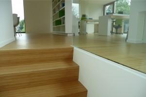 bamboe parketvloer die doorloopt van vloer naar trap