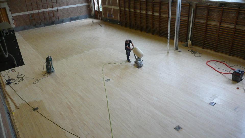 opschuren houten vloer van sporthal