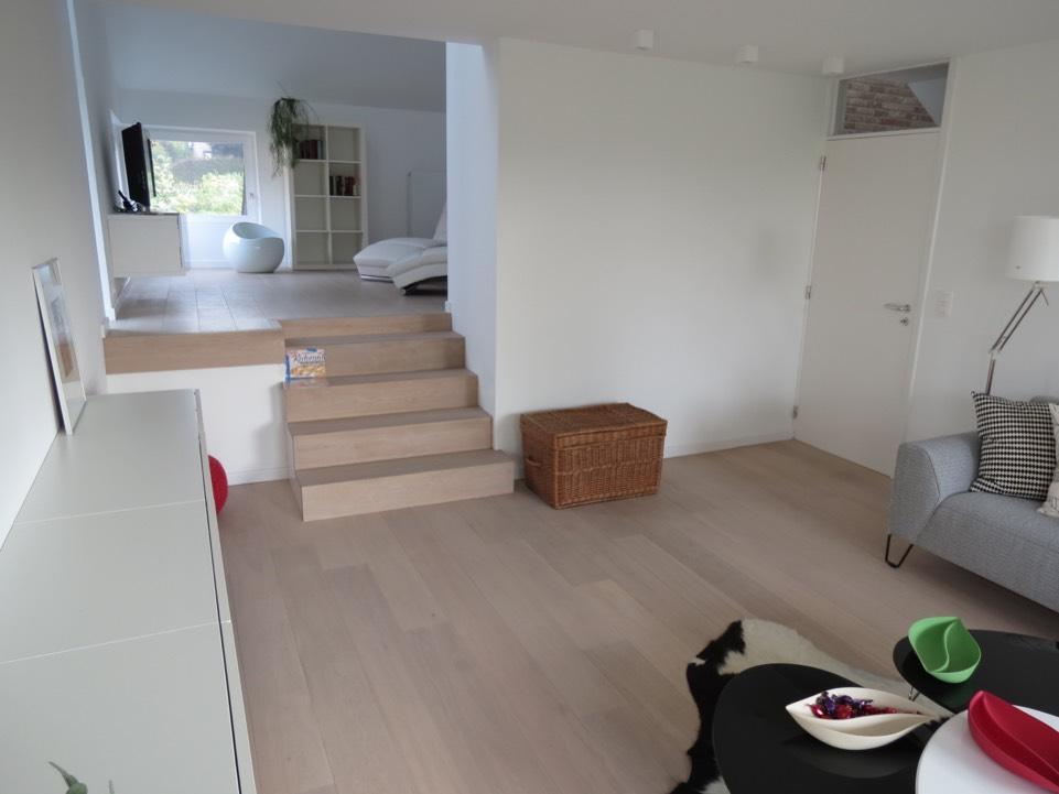 plaatsing samengesteld parket living, trap en zithoek